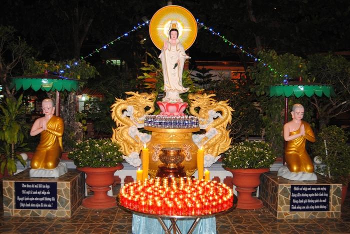 Hoa hậu Bích Liên và Đạo tràng Phật tử chùa Phổ Minh trong buổi lễ cầu nguyện (Ngày 20/02 AL Ất Mùi)